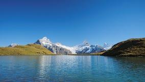 Begegnung das Bachalpsee während des berühmten Wanderwegs von zuerst zu Grindelwald (Berne Alpen, die Schweiz) stockbild
