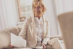 Begeisterte ältere Geschäftsfrau des Positivs, die zu Hause arbeitet stockbilder