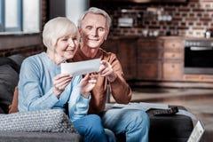 Begeisterte ältere Leute, die zusammen glücklich sind stockbild