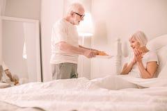 Begeisterte ältere männliche Stellung des Positivs in halb Position lizenzfreie stockbilder