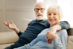 Begeisterte ältere Menschen, die Kamera betrachten Lizenzfreie Stockfotos