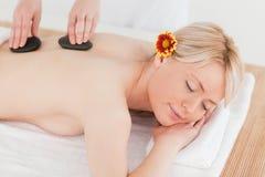 Begeisterte blonde Frau, die eine Massage empfängt Stockbilder