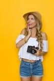 Begeisterte Frau mit einer Kamera Lizenzfreies Stockbild