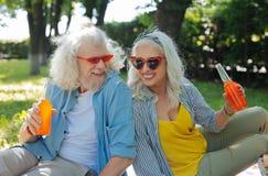 Begeisterte frohe Paare, die in einer großen Stimmung sind lizenzfreies stockbild