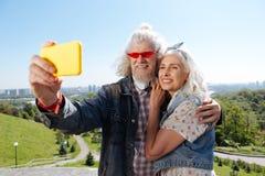 Begeisterte gealterte Paare, die selfies nehmen stockbild