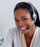 Begeisterte Geschäftsfrau, die Kopfhörer verwendet lizenzfreie stockfotos