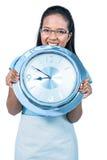 Begeisterte Geschäftsfrau, die eine Borduhr anhält Stockfotos