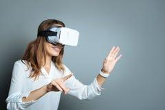Begeisterte glückliche Frau, die in der Wirklichkeit 3d ist Lizenzfreie Stockfotografie