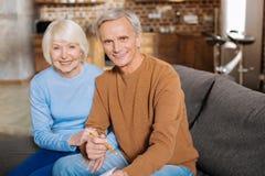 Begeisterte Greisin, die zusammen mit ihrem Ehemann sitzt stockfotos