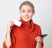 Begeisterte junge blonde Frau, die ein Einkaufsgeschäft on-line macht Lizenzfreies Stockbild
