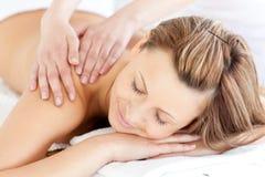Begeisterte junge Frau, die eine rückseitige Massage hat Stockfotografie