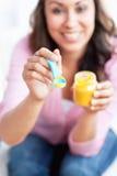 Begeisterte junge Mutter, die ihr Schätzchen speist Stockfotos