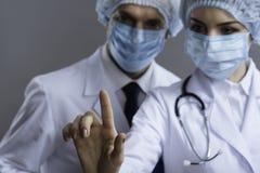 Begeisterte Kollegen, die medizinisches Glas verwenden Stockfotografie