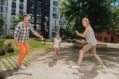 Begeisterte nette Familie, die zusammen spielt Stockfoto