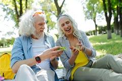 Begeisterte nette Paare, die Sandwiche essen stockbilder