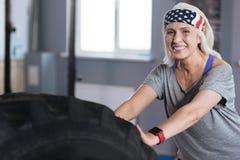 Begeisterte positive Frau, die körperliche Bewegungen genießt Stockbilder