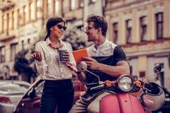 Begeisterte positive Leute, die miteinander sprechen lizenzfreie stockbilder