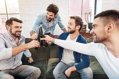 Begeisterte positive Männer, die Bier genießen Stockbilder