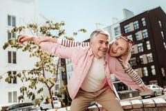 Begeisterte positive Paare, die in einer großen Stimmung sind stockbilder