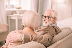 Begeisterte reife männliche Person, die seine Frau umfasst stockbild