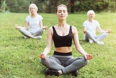 Begeisterte ruhige Frauen, die nach Harmonie suchen Lizenzfreie Stockbilder