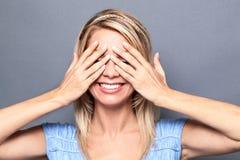 Begeisterte sexy junge blonde Frau, die Erstaunen ausdrückt Stockfoto