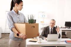 Begeisterter Angestellter, der von seinem Sekretär Abschied nimmt Lizenzfreie Stockfotos