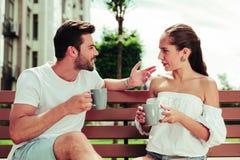 Begeisterter bärtiger Mann des Positivs, der geht, Kaffee zu trinken lizenzfreies stockfoto