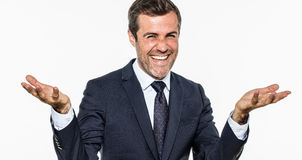 Begeisterter eleganter Geschäftsmann, der Offenheit und Erfolg zeigend lacht und lächelt Stockfotografie