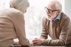 Begeisterter gealterter Mann, der seine geliebte Frau betrachtet lizenzfreies stockfoto