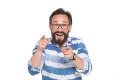Begeisterter intelligenter bärtiger Mann, der auf Sie mit zwei Zeigefingern zeigt lizenzfreies stockbild