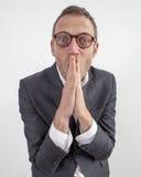 Begeisterter Manager, der flach sein Lächeln mit den Händen für Humor versteckt Lizenzfreies Stockfoto