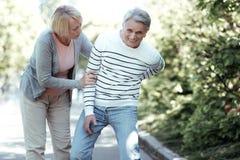 Begeisterter Mann, der mit seiner Frau geht stockbilder