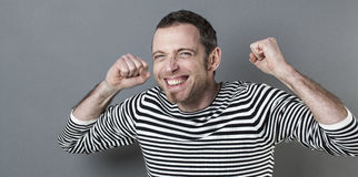 Begeisterter Mann 40s, der Freude und Sieg ausdrückt Stockfotografie