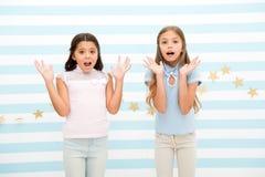 Begeisterter Moment von der Kindheit Scherzt die entsetzten Schulmädchenjugendlichen Die überraschten Mädchen entsetzten Gesichte lizenzfreie stockbilder