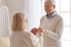 Begeisterter netter Mann, der Zeit mit seiner Frau verbringt stockfoto