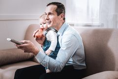 Begeisterter positiver Mann, der zu Hause stillsteht lizenzfreie stockfotos