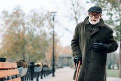 Begeisterter reifer Mann des Negativs, der seinen Kasten berührt lizenzfreies stockbild
