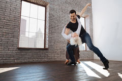 Begeisterter Tanzlehrer, der mit älterer Frau am Ballsaal tangoing ist Lizenzfreie Stockbilder