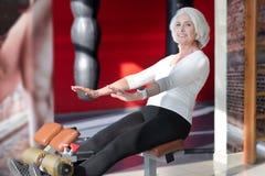 Begeistertes älteres attraktives Frauentrainieren lizenzfreies stockfoto
