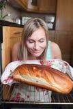 Begeistertes blondes Frauenbackenbrot Lizenzfreie Stockbilder
