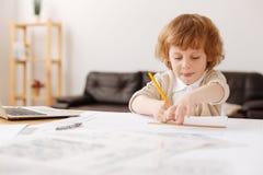 Begeistertes Kind, das seine Zunge bei der Herstellung des Bildes zeigt stockfoto