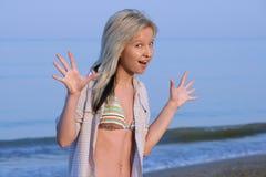 Begeistertes Mädchen auf Strand. Lizenzfreies Stockfoto