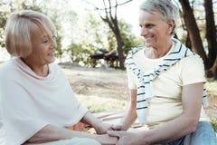 Begeistertes Mannhändchenhalten seiner Frau lizenzfreie stockfotos