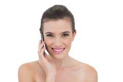Begeistertes natürliches braunes behaartes Modell, das einen Telefonanruf macht Lizenzfreie Stockbilder