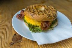 Begel do ovo e do bacon fotografia de stock
