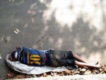 Begger, das auf Straße schläft Stockbild