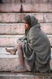 Begger de petite fille se reposant sur des escaliers, Vanarasi Images libres de droits