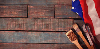 Begießen der Bürste und der Zange mit amerikanischer Flagge auf Tabelle Lizenzfreie Stockbilder