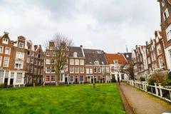 Begijnhof borggård med historiska hus i Amsterdam, Nederländerna Arkivfoto